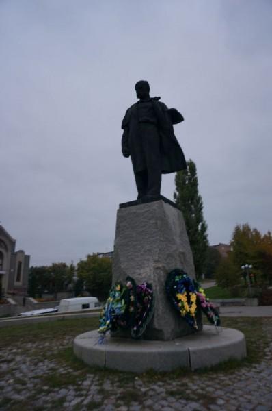 недавно фото побитого памятника в умани назвали